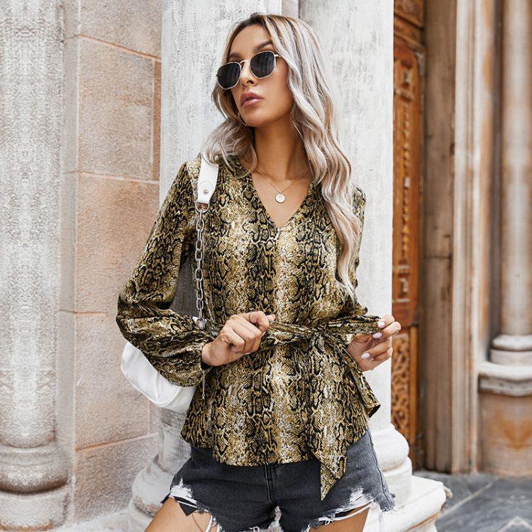 Damska modna koszula w wężowy wzór z dekoltem w serek i wiązaniem w pasie 3