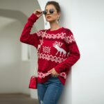 Damski sweter świąteczny biały w czerwone renifery i wzory świąteczne 4