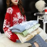 Damski sweter na boże narodzenie z motywem śnieżynki błękitny z półgolfem 1