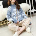 Damski sweter na boże narodzenie z motywem śnieżynki błękitny z półgolfem