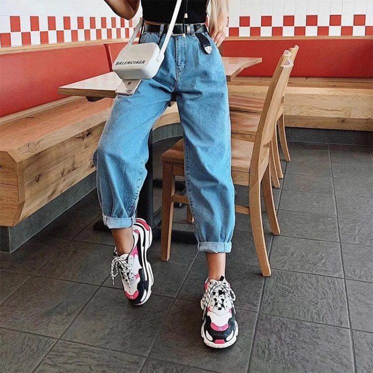 Damskie spodnie jeansowe typu slouchy w kolorze niebieskim