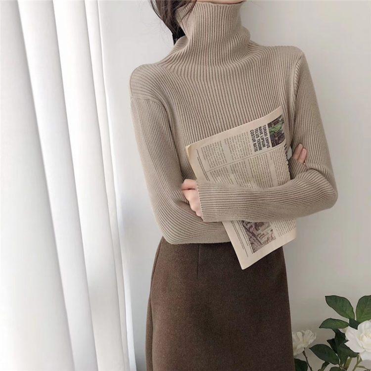Dzianinowy jednolity brązowy sweter z golfem w prążki i długim rękawem 3