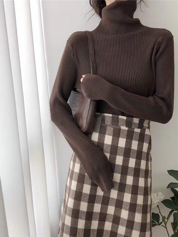 Dzianinowy jednolity brązowy sweter z golfem w prążki i długim rękawem