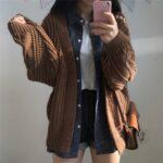 Dziergany damski kardigan w kolorze brązowym z warkoczami na rękawach 1