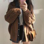 Dziergany damski kardigan w kolorze brązowym z warkoczami na rękawach 2