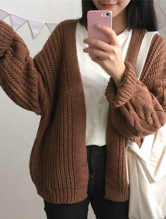 Dziergany damski kardigan w kolorze brązowym z warkoczami na rękawach