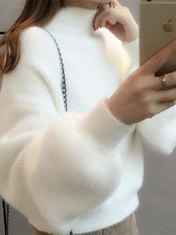 Ecru sweter z bufiastymi rękawami z półgolfem w stylu moherowym