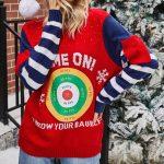 Granatowo czerwony sweter świąteczny śmieszny z tarczą i kieszonkami na rękawach 3
