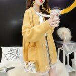 Gruby kardigan w kolorze żółtym z kieszeniami i perłowymi guzikami rozpinany