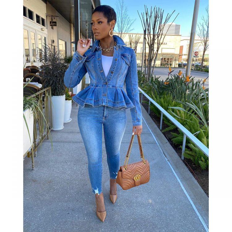 Jasnoniebieska krótka kurtka jeansowa damska z baskinką 1