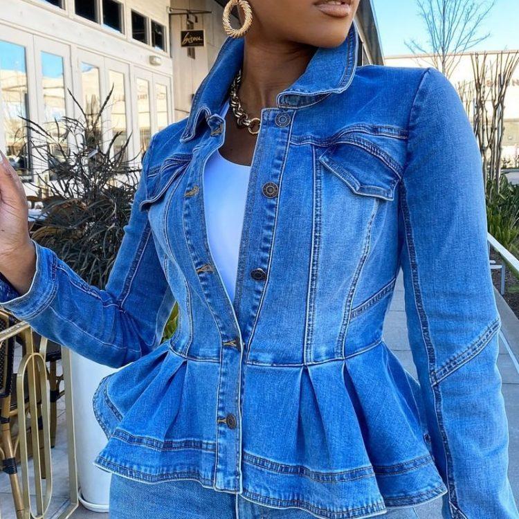 Jasnoniebieska krótka kurtka jeansowa damska z baskinką