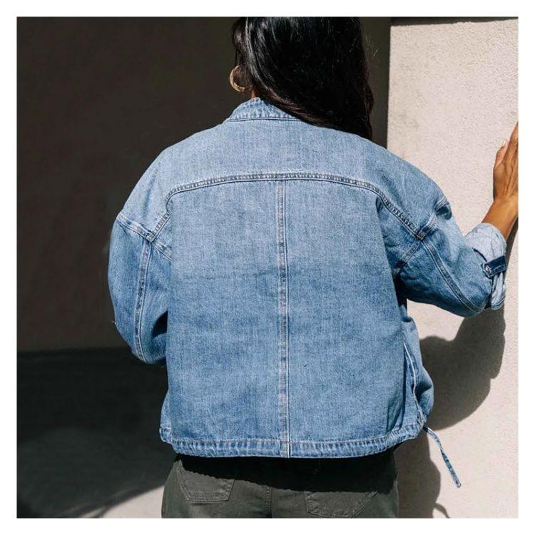 Jeansowa kurtka jasnoniebieska ze ściąganym dołem i wywijanymi mankietami 1