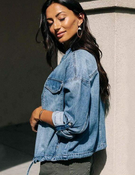 Jeansowa kurtka jasnoniebieska ze ściąganym dołem i wywijanymi mankietami 2