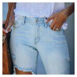 Jeansy spodnie z dużymi dziurami damskie w kolorze jasny denim 4