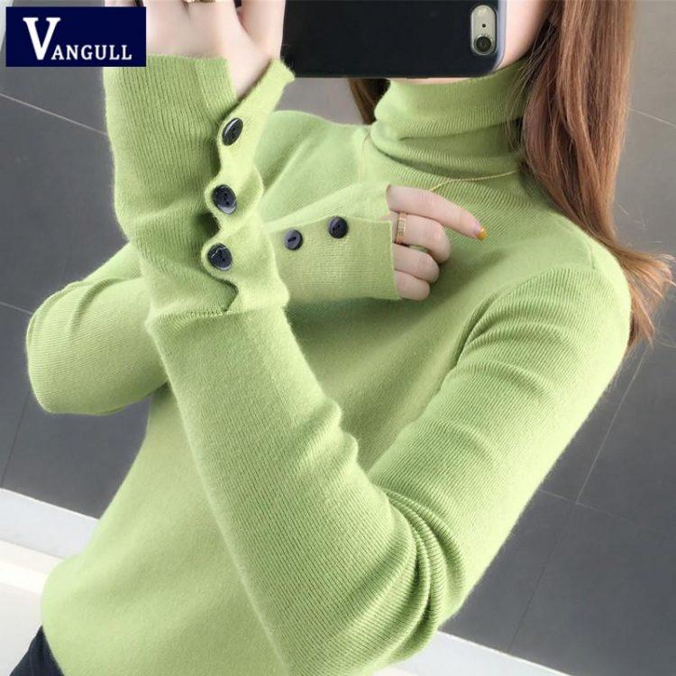 Jednokolorowy ceglany sweter z golfem i naszytymi guzikami na rękawach 1