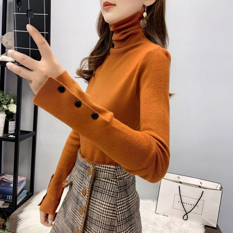 Jednokolorowy ceglany sweter z golfem i naszytymi guzikami na rękawach 2