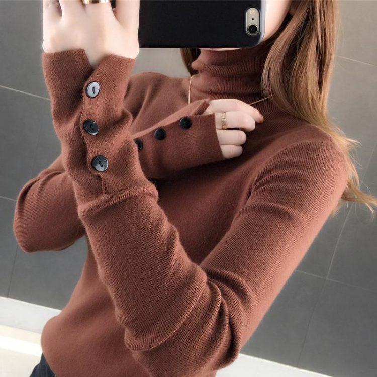 Jednokolorowy ceglany sweter z golfem i naszytymi guzikami na rękawach