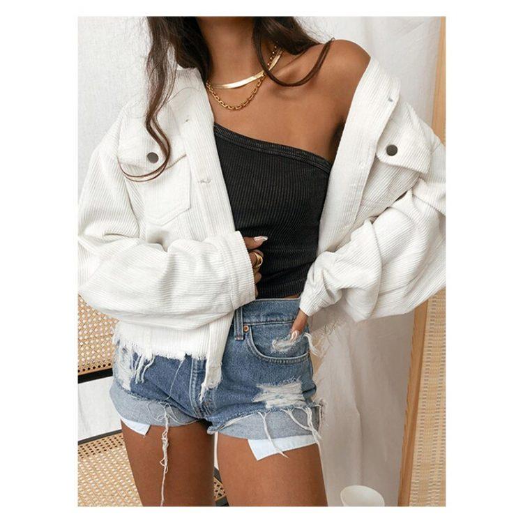 Kremowa damska kurtka jeansowa w sztruksowy wzór z wystrzępieniem 1