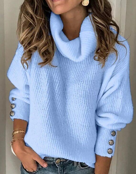 Oversizowy sweter w kolorze błękitnym z golfem i ozdobnymi guzikami na rękawach