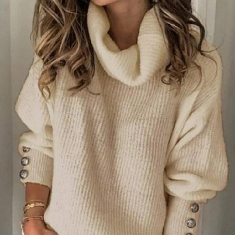 Oversizowy sweter w kolorze ecru z golfem i ozdobnymi guzikami na rękawach 1