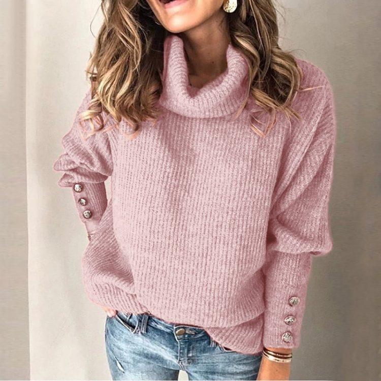 Oversizowy sweter w kolorze ecru z golfem i ozdobnymi guzikami na rękawach 2
