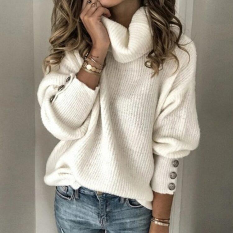 Oversizowy sweter w kolorze ecru z golfem i ozdobnymi guzikami na rękawach