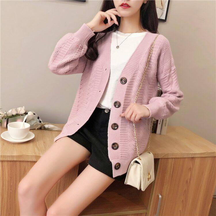 Pastelowy jasno różowy sweter typu kardigan z zapięciem na duże guziki 1