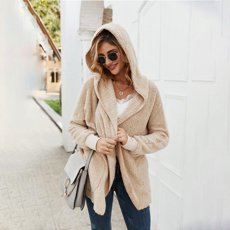 Pluszowa kurtka beżowa damska z kapturem na jesień/zimę bez zapięcia 3