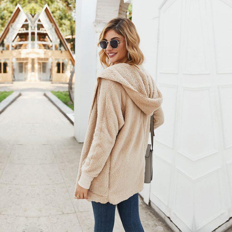 Pluszowa kurtka beżowa damska z kapturem na jesień/zimę bez zapięcia 5