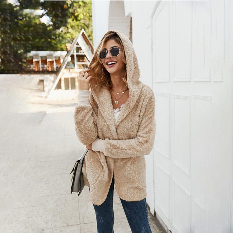 Pluszowa kurtka beżowa damska z kapturem na jesień/zimę bez zapięcia