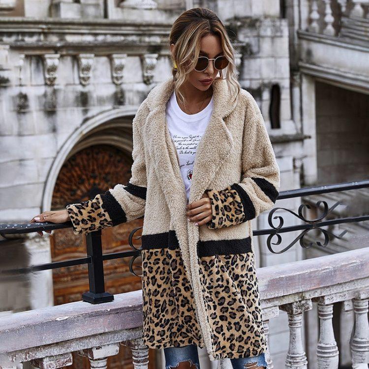 Pluszowy płaszcz damski beżowy z motywem panterki patchwork