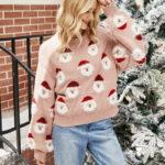 Pudrowy świąteczny sweter z aplikacją w mikołajki z naszywaną wystającą brodą 1