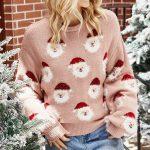 Pudrowy świąteczny sweter z aplikacją w mikołajki z naszywaną wystającą brodą 2