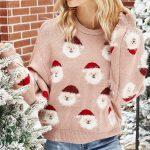 Pudrowy świąteczny sweter z aplikacją w mikołajki z naszywaną wystającą brodą 3