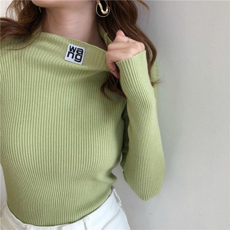 Rozciągliwy obcisły kremowy sweter z naszywką i półgolfem z prążkowanej dzianiny 2