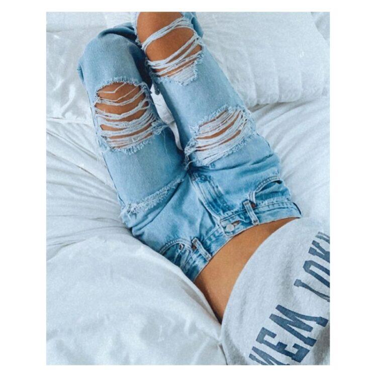Spodnie jeansy z dziurami damskie w kolorze jasny denim typu rurki 2