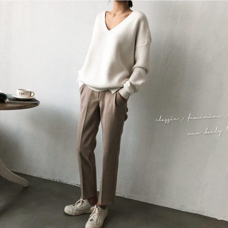 Wełniany sweter w kolorze białym z dekoltem w serek w prążki 1