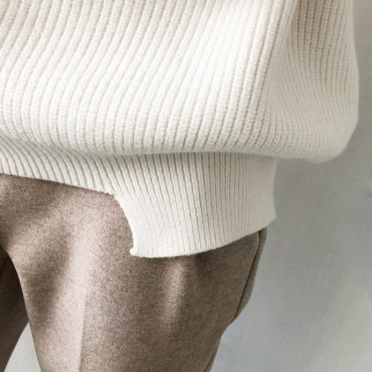 Wełniany sweter w kolorze białym z dekoltem w serek w prążki 2