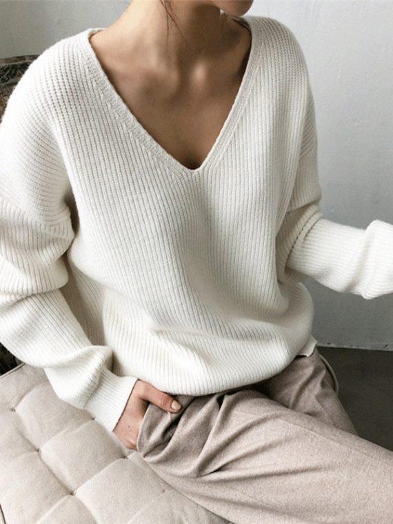 Wełniany sweter w kolorze białym z dekoltem w serek w prążki