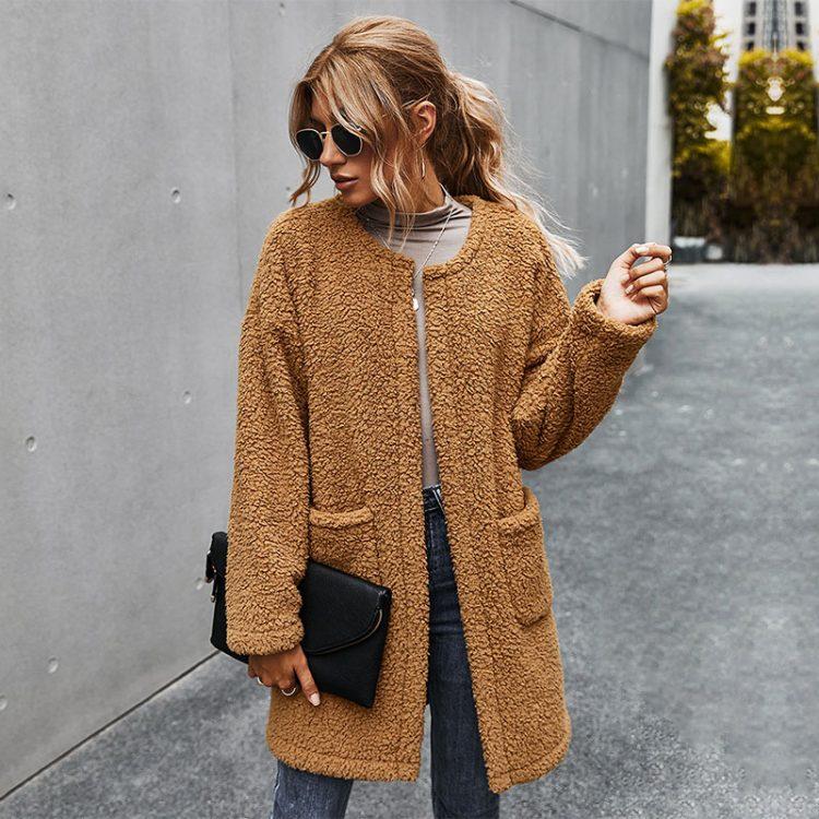 Zimowy płaszcz damski gruby w kolorze karmelowym z naszytymi kieszeniami