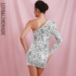 Biała sukienka żakietowa w panterkę na jedno ramię 2