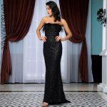 Czarna długa sukienka wieczorowa odsłonięte ramiona z piórami 1