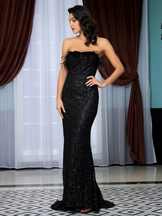 Czarna długa sukienka wieczorowa odsłonięte ramiona z piórami