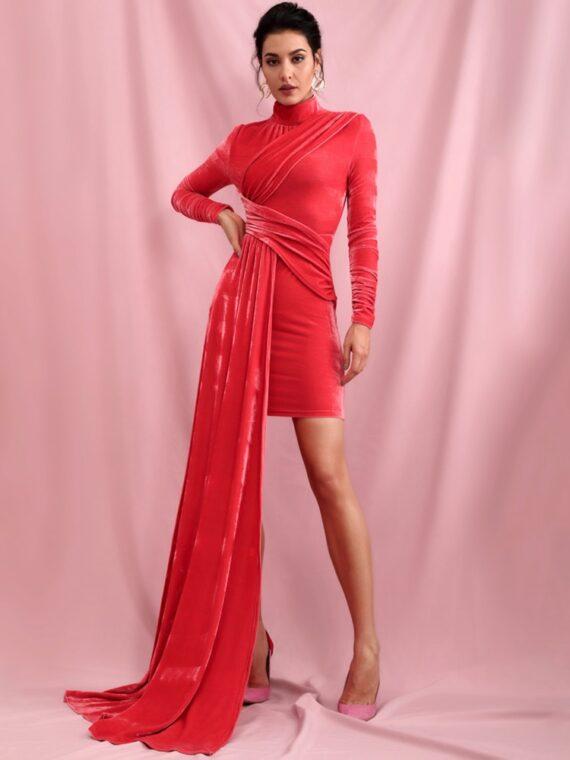 Czerwona aksamitna sukienka z golfem i dłuższym bokiem