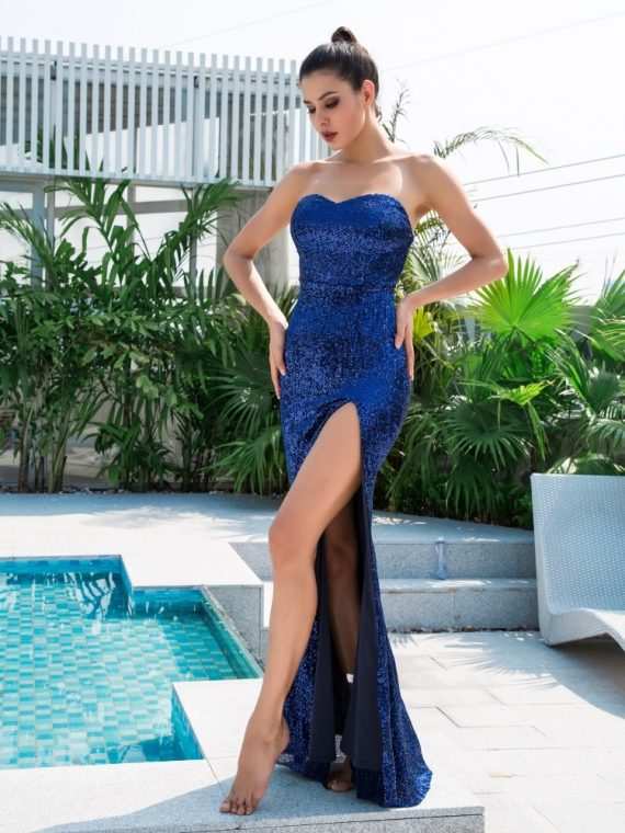 Długa chabrowa sukienka wieczorowa bez ramion z rozcięciem