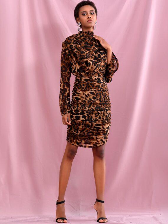 Drapowana sukienka w brązową panterkę z golfem