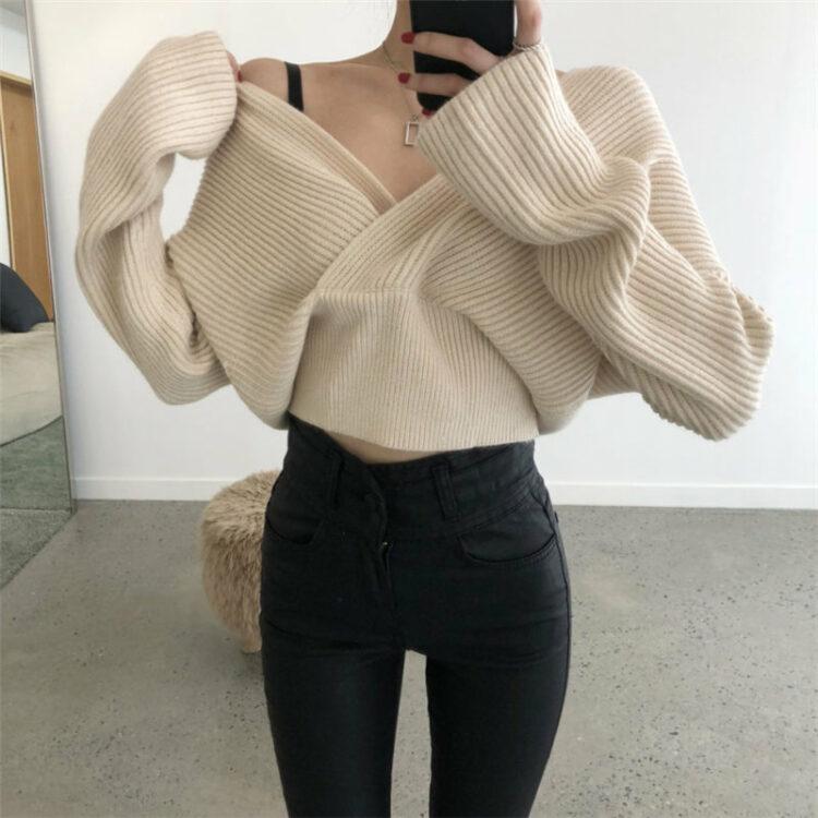 Kremowy sweter damski z dekoltem w serek bez ramion