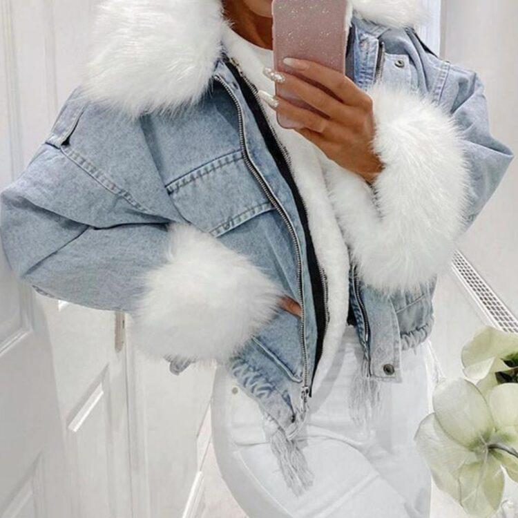 Niebieska kurtka jeansowa z białym futerkiem damska