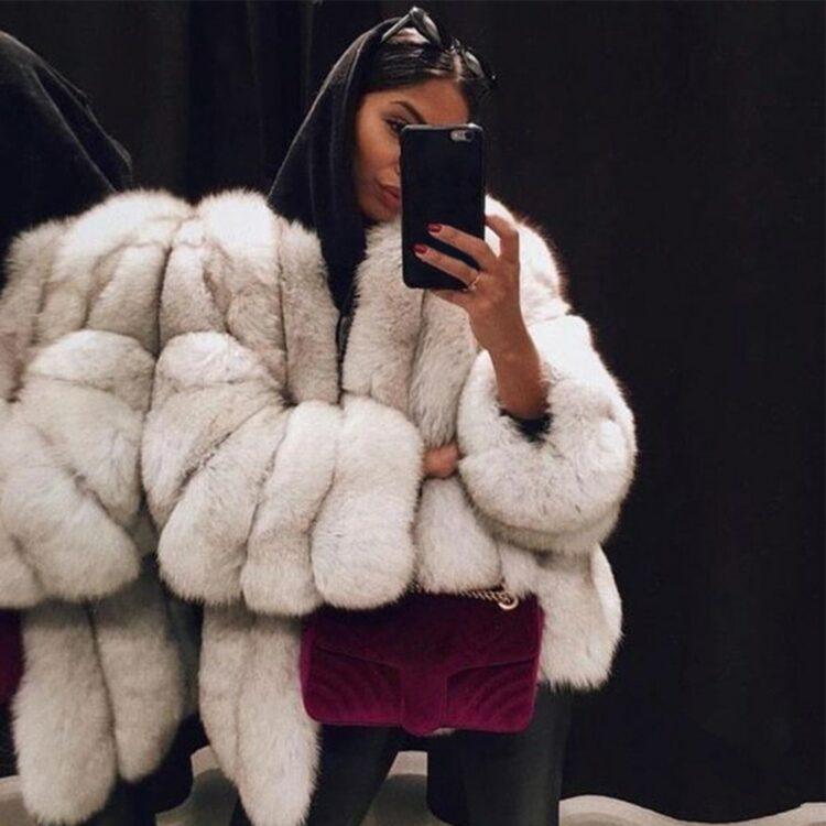 Puszysty biały płaszcz futerkowy ze sztucznego futra