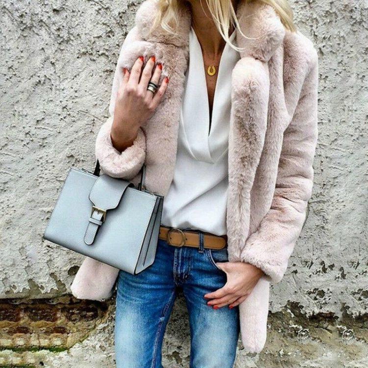 Puszysty jasno różowy płaszcz ze sztucznego futra